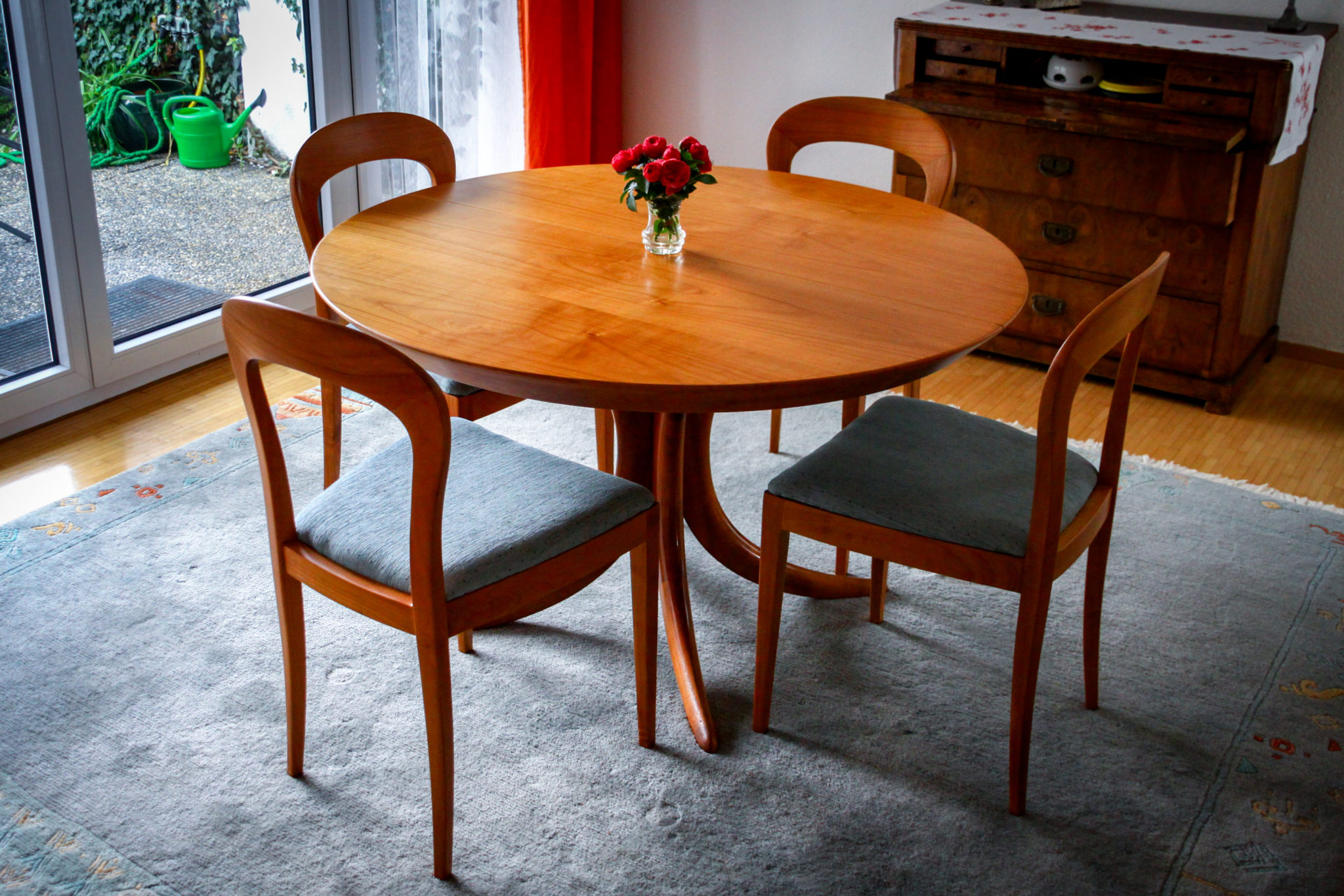 - Tischgruppe in Kirschbaum Natur, neu lackiert und gepolstert